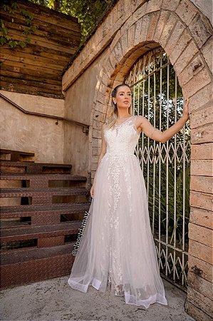 Vestido de noiva longo, em tule bordado, com leve brilho. Para casamento religioso.