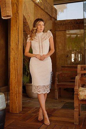 Vestido de noiva midi, com renda e gola alta. Para casamento civil ou intimista.