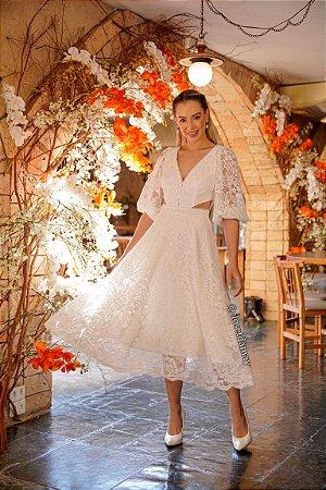Vestido de noiva lady like, em renda, com mangas bufantes e recortes na cintura. Para casamento civil ou intimista.