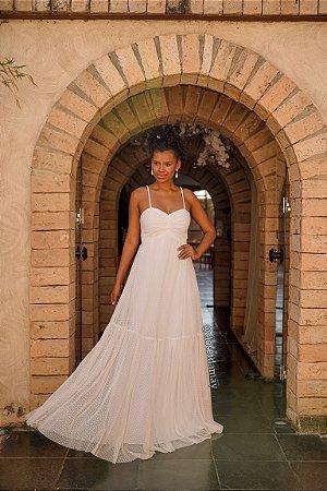 Vestido de noiva longo, em tule de poá, com drapeado no busto e detalhes em macramê