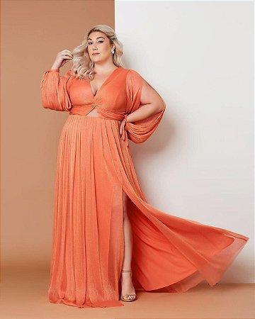 Vestido de festa plus size, com fenda lateral, mangas longas e decote.