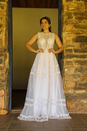 Vestido Jully, de noiva, em tule bordado, com alças largas e transparência