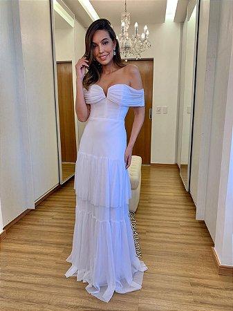 Vestido de noiva em tule, com saia em camadas e decote ombro a ombro