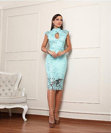 Vestido midi com bordado e decote na frente