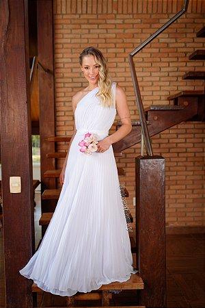 Vestido longo, em crepe de seda, com saia plissada, cinto faixa, e manga nula. Para casamento religioso, civil, e batizado.
