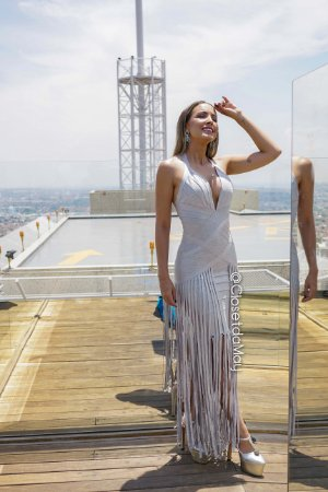 vestido de festa longo, decote v e detalhe em tiras soltas