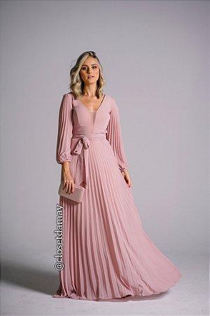 vestido de festa longo plissado, com decote em tule, mangas longas e faixa