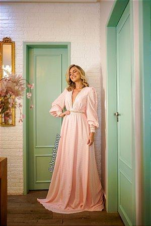 vestido de festa longo, em crepe de seda e renda guipir, com mangas longas e decote v