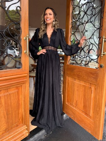 vestido de festa longo, mangas longas, com detalhes em guipir, decote v, convidadas, formandas