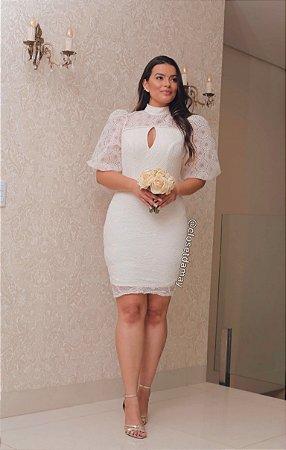 Vestido de noiva midi, com mangas bufantes, gola alta, decote em gota. Para casamentos civil, batizados.