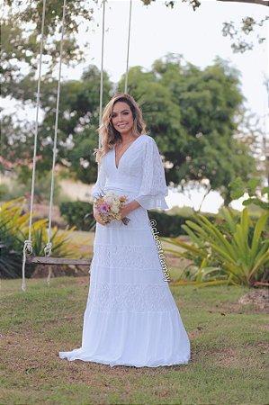 Vestido de noiva longo, mangas 3/4 decote V, em mix de renda. Para casamento civil, casamento na praia, e pré-wedding