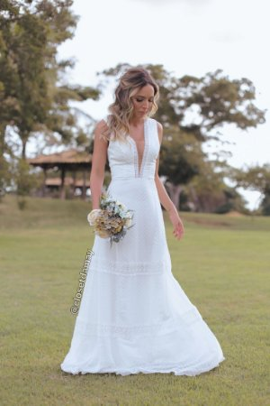 Vestido de noiva longo em crepe, renda e poá
