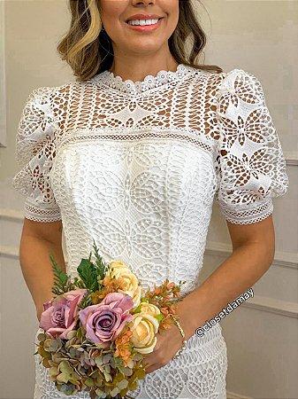Vestido midi em renda, mangas buffantes, para casamento civil e noivado
