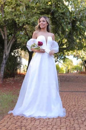 Vestido longo em organza com mangas bufantes, para casamento civil e casamento religioso.