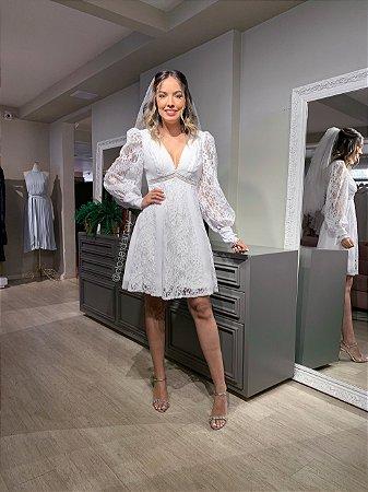 Vestido de noiva curto, todo em renda, manga longa, decote em V. Para casamentos civis e noivados