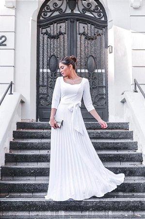 Vestido longo, saia plissada, mangas longas e cinto faixa. Para casamentos civil, e religioso.