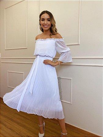 Vestido de noiva midi, branco, com saia plissada, ombro a ombro. Para casamento civil e jantar de noivado.