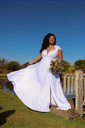 Vestido de noiva, plus size, com renda, e calda sereia, e fenda lateral. Para cerimônias de casamento religioso, e civil.