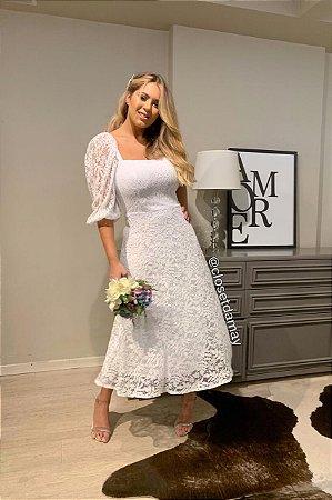 Vestido branco midi, em renda, com mangas bufantes. Para noivas plus size.