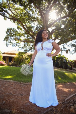 Vestido de noiva longo, com detalhe bordado no busto, e saia com comprimento alongado. Para casamento civil, e religioso.