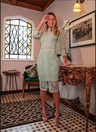 vestido de festa midi em renda com recortes, gola alta, ideal para batizados, aniversários, chá revelação.