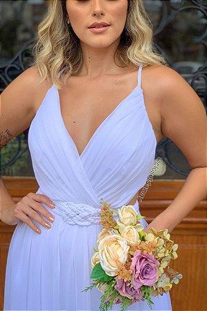 Vestido de noiva longo, com cinto macramê, e busto plissado. Para casamentos civil, religioso, e na praia.