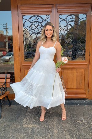 Vestido de noiva com bojo, saia evasê em renda. Para casamentos civil, jantar de noivado, e batizado.