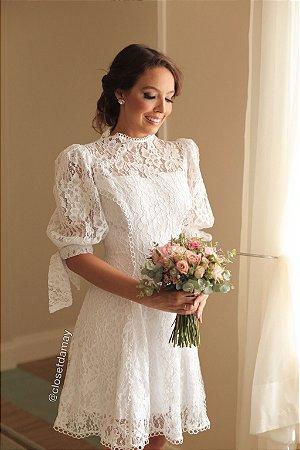 Vestido midi em renda, com detalhes em guipir, mangas bufantes com laço. Para casamento civil, jantar de noivado.