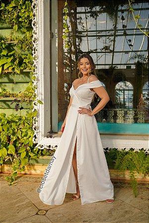 Vestido de noiva, em crepe, com alças ombro a ombro, com fenda na lateral. Para casamento religioso.