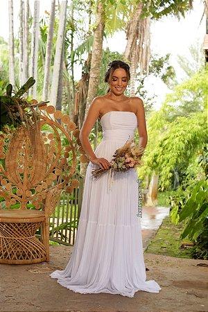 Vestido branco longo, sem alças, trançado nas costas, e bojo. Para casamentos religioso, e no campo.
