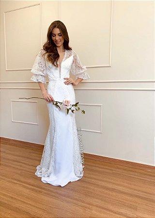 Vestido de noiva longo, em renda com detalhes em crepe, trançado nas costas. Para casamento religioso, e civil.