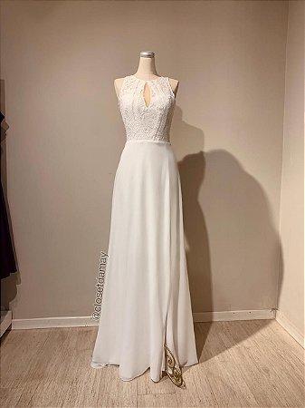 Vestido de noiva longo, em crepe, com detalhes em renda. Para casamento religioso, e civil.