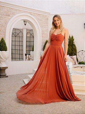 Vestido longo em crepe de seda, detalhes em macramê e alças finas, para madrinhas de casamento e formatura