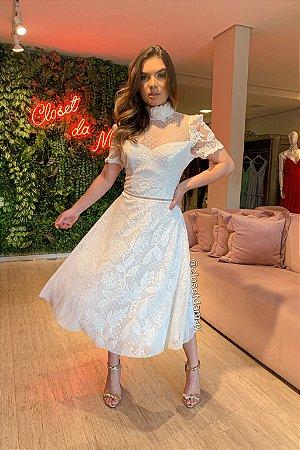 Vestido de noiva midi, mangas curtas bordadas, recorte em tule de poá no busto e gola alta