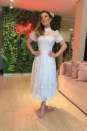 Vestido de noiva midi em renda, mangas curtas, gola alta e transparência no colo.