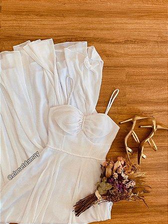 Vestido de noiva longo em crepe de seda, detalhes em macramê e alças finas