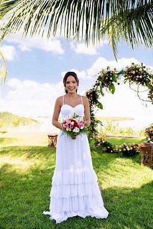 Vestido de noiva longo, com alças, saia com babados e cinto