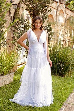 Vestido longo de noiva em tule com babados e alças de laço, para casamento no campo e intimista