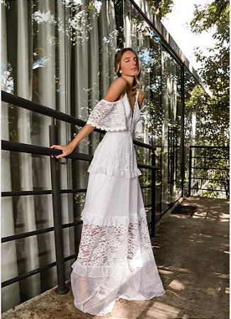 Vestido de noiva longo de alças e aberturas nos ombros, ideal para casamento no campo