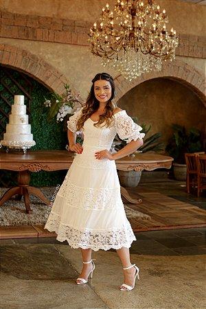 Vestido Cecília midi lady like, em renda e mangas bufantes, ideal para casamento civil e casamento no campo