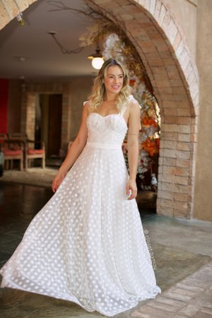 Vestido longo de noiva em tule de poá com alças em laço e saia evasê, para casamentos intimistas
