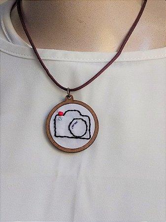 Colar com Pingente Bordado - Câmera Fotográfica