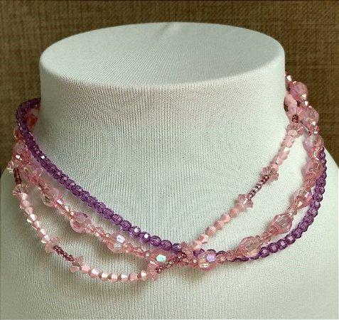 Colar em mini miçangas rosa e mini miçangas transparente rosa, com três voltas - fecho tipo mosquete prateado.