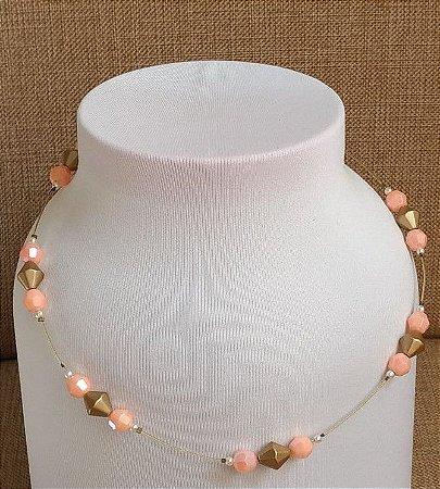 Colar em fio metalizado com miçangas rosa e miçangas em formato de balão dourada - fecho tipo mosquete na cor ouro velho.