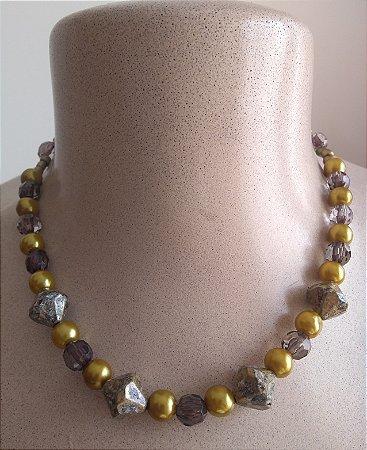 Gargantilha com miçangas esféricas douradas, miçangas em formato de balão transparente e cinza - fecho tipo mosquete na cor ouro velho.