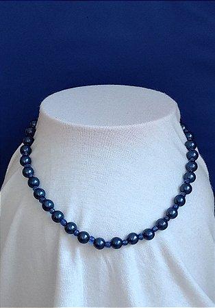 Colar em miçangas azul escuro e mini miçangas transparentes azul claro - fecho de rosca prateado.