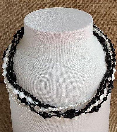 Colar em miçangas preta e branca, mini miçangas preta, branca, branca perolada e mini pérolas, com cinco voltas - fecho tipo mosquete prateado com corrente alongadora.