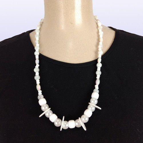 Colar em miçangas esféricas brancas, miçangas cilíndricas brancas peroladas, pérolas brancas e pérolas transparentes, mini miçangas brancas e anéis plásticos de cor branca.