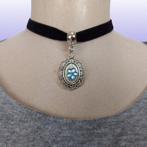 Gargantilha Choker em fita de veludo preta, fecho tipo mosquete prateado - Pingente Metalizado Prata com pedra Flor Azul.