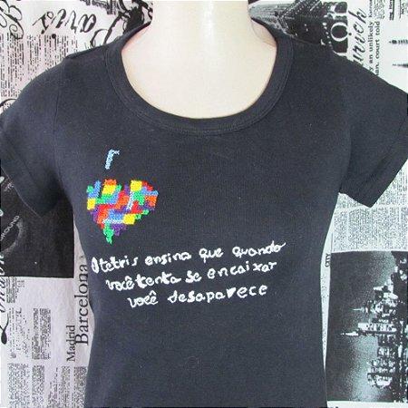 Camiseta  personalizada T-shirt Camisa customizada Preta modelo Baby Look com bordado em ponto cruz feito à mão - Coração Tetris.